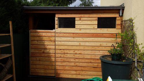 Construction d'un fond de garage en bois avec porte et fenêtres
